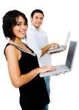 微笑夫妇的膝上型计算机使用 免版税库存图片