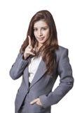 微笑女商人展示手指 被隔绝的长的头发模型 免版税图库摄影