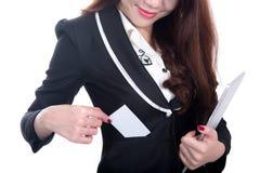 微笑女商人展示空白拿着计算机片剂的名片 免版税库存照片