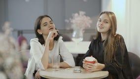 微笑女孩挥动对坐的照相机在桌 股票视频