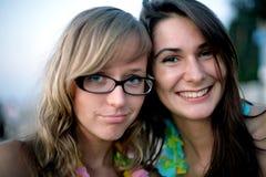 微笑女孩的纵向二个年轻人 库存照片