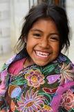 微笑她的Zinacantà ¡的n家外的一个土产Tzotzil玛雅人女孩在圣克里斯托瓦尔de la Casas,墨西哥附近 免版税图库摄影