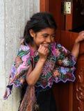 微笑她的Zinacantà ¡的n家外的一个土产Tzotzil玛雅人女孩在圣克里斯托瓦尔de la Casas,墨西哥附近 库存图片