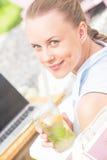 微笑妇女的美丽的接近的纵向 免版税库存图片