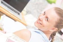 微笑妇女的美丽的接近的纵向 库存照片