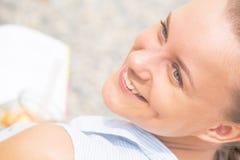 微笑妇女的美丽的接近的纵向 库存图片