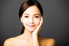 微笑妇女年轻人的美丽的接近的表面 免版税库存图片