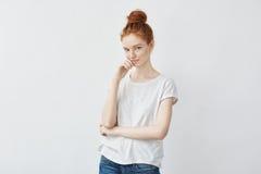 微笑嫩红头发人的女孩画象看照相机 库存图片