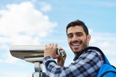 微笑对在屋顶观察平台的照相机的游人 免版税库存照片
