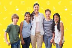 微笑对在计算机类的照相机的逗人喜爱的学生和老师的综合图象 库存照片