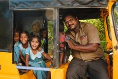 微笑对在tuk tuk人力车的照相机的小组印地安女小学生,马杜赖2月23日2018年,印度 免版税库存照片