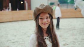 微笑对她在区域的友好的白马的一个愉快的女孩的画象 4K 影视素材