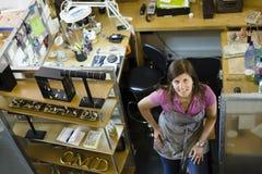微笑对妇女的照相机宝石工人 免版税库存图片