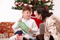 微笑对妈咪的愉快的小男孩对圣诞节 库存照片