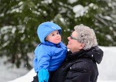 微笑对孙子的祖母外面在冬天 图库摄影