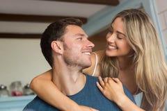 微笑对彼此的逗人喜爱的夫妇 免版税库存照片