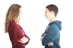微笑对彼此的青少年夫妇 库存图片