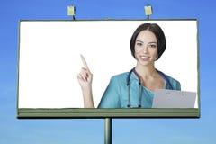 微笑对您的俏丽的医生 免版税库存照片