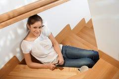 微笑对楼梯的美丽的女孩 免版税库存图片