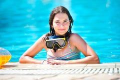 微笑对池的愉快的美丽的青少年的女孩 免版税图库摄影