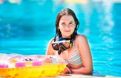 微笑对池的愉快的美丽的青少年的女孩 免版税库存图片
