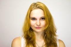 微笑对照相机一嘴角的红发女孩 免版税库存图片