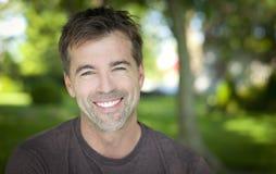 微笑对照相机的一个人的画象 免版税库存图片
