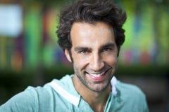 微笑对照相机的一个英俊的西班牙人的画象 免版税库存照片