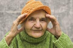 微笑对照相机的一名愉快的资深妇女的画象 库存图片