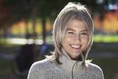 微笑对照相机的一名成熟妇女的画象 免版税库存照片