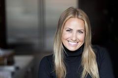 微笑对照相机的一名成熟妇女的画象 免版税库存图片