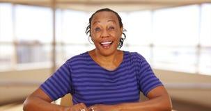微笑对照相机的一名随便加工好的黑人女实业家 免版税库存图片