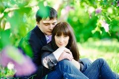 微笑对照相机的一对愉快的夫妇的画象 免版税库存图片