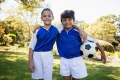 微笑对照相机的两个孩子画象  免版税库存照片