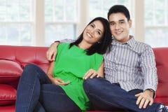 微笑对照相机的亚洲夫妇 免版税库存照片