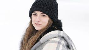 微笑对照相机的俏丽的女孩画象在有风冷的天 迟缓地 股票视频