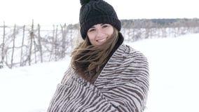 微笑对照相机的俏丽的女孩画象在有风冷的天 迟缓地 影视素材