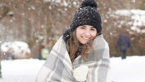 微笑对照相机的俏丽的女孩画象在有风冷的天 迟缓地 股票录像
