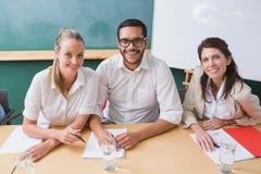 微笑对照相机的偶然企业队在会议期间 免版税库存照片