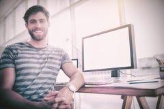 微笑对照相机的偶然商人 库存照片