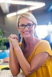 微笑对照相机的偶然女实业家 免版税库存图片