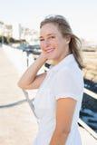 微笑对照相机的偶然妇女由海 免版税库存照片
