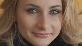 微笑对照相机的可爱的年轻十几岁的女孩特写镜头  股票录像