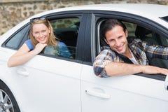 微笑对照相机的夫妇 免版税图库摄影