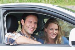 微笑对照相机的夫妇 免版税库存照片