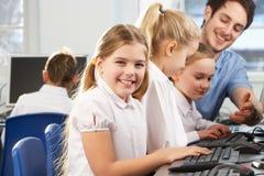 微笑对照相机的学校课程的女孩 免版税库存图片