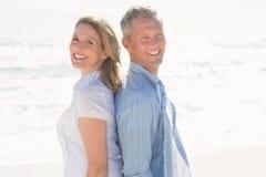 微笑对照相机的愉快的夫妇 免版税库存图片