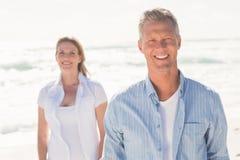 微笑对照相机的愉快的夫妇 免版税库存照片