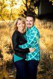 微笑对照相机的愉快的夫妇 免版税图库摄影