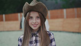 微笑对照相机的愉快的女孩画象 4K 股票视频